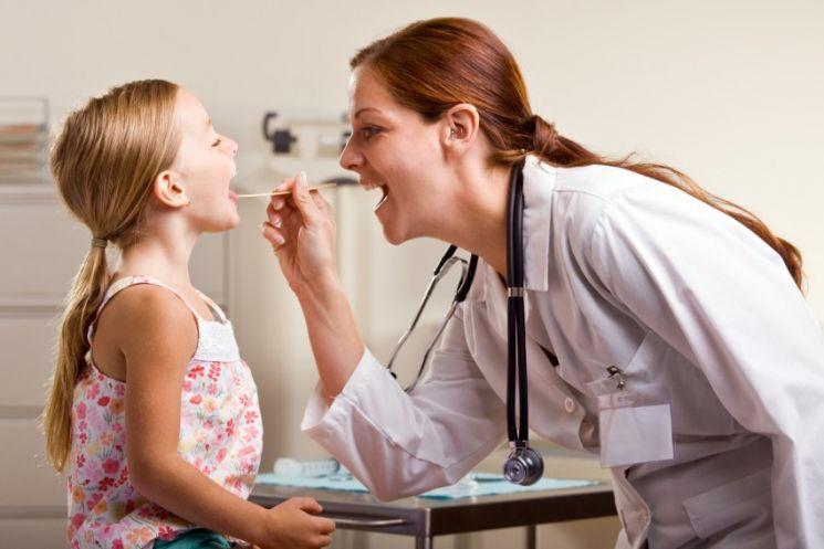 Признаки ангины у маленького ребенка: симптомы с фото горла, лечение и профилактика заболевания